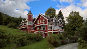 There are several villas in Balestrand.